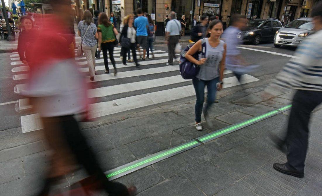 semáforo para peatones tecnológicos